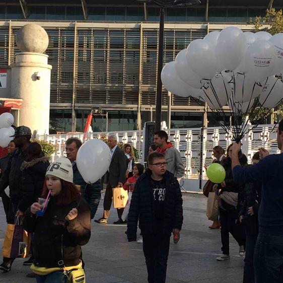 Campagne de street-marketing avec du ballon gonflé à l'hélium.