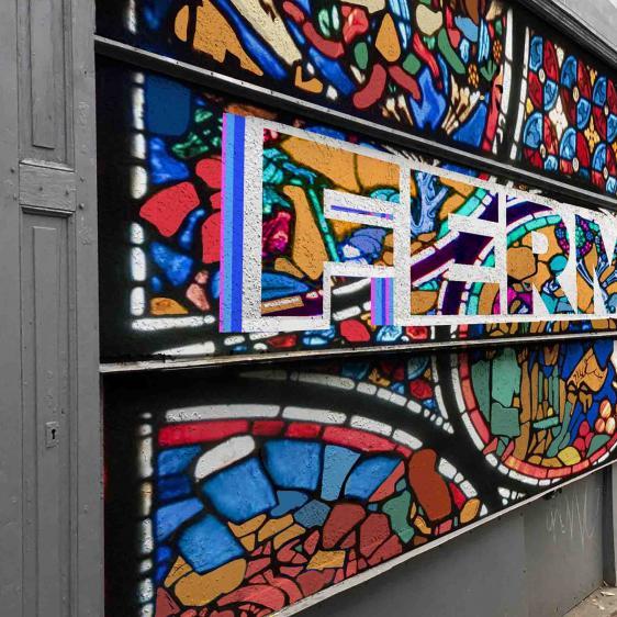 Une fresque street-art sur un rideau métallique de magasin