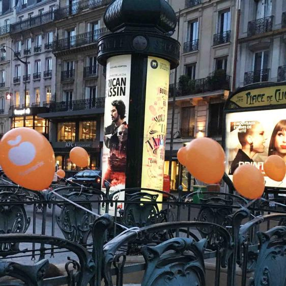 Guérilla-marketing au ballon gonflé à l'hélium.
