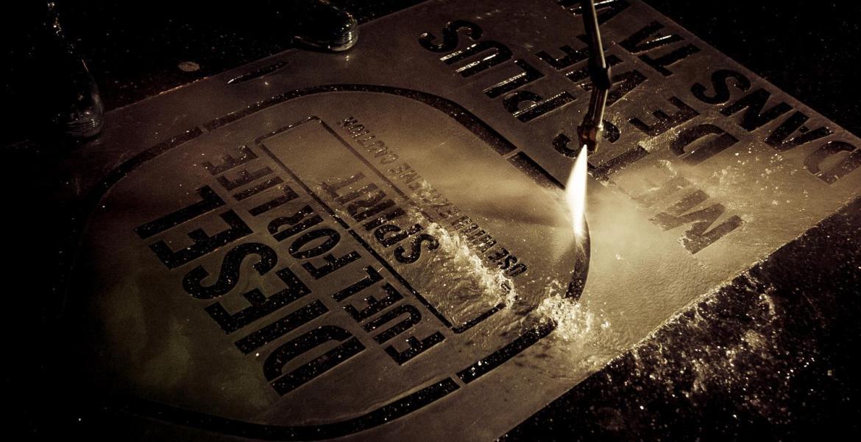 Pochoir clean tag pour la campagne Diesel / Fuel for Life et nettoyeur haute pression en action