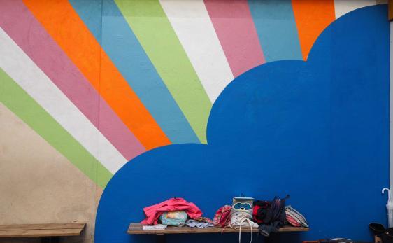Décoration et fresque murale dans une cour de récréation d'école.