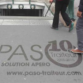 Clean tag Passo devant une bouche du métro parisien
