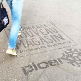 Marquage publicitaire sur un trottoir.