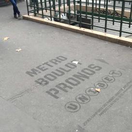 Marquage devant un métro.