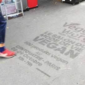 Publicité au clean-tag sur les trottoirs de Paris.
