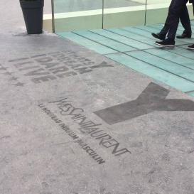 Marquage au sol pour Yves Saint Laurent.