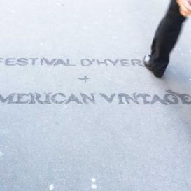 Clean-Tag publicitaire sur un trottoir