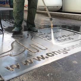Clean-Tags sur un trottoir
