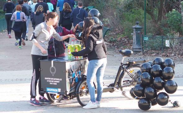 Une opération de street-marketing dans un parc Parisien