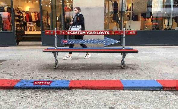 Customisation d'un banc de rue