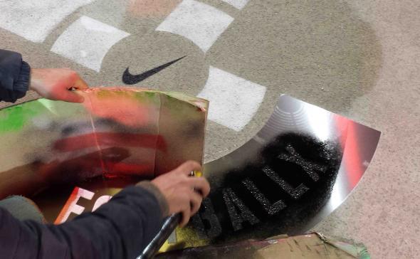 Pose du pochoir Nike