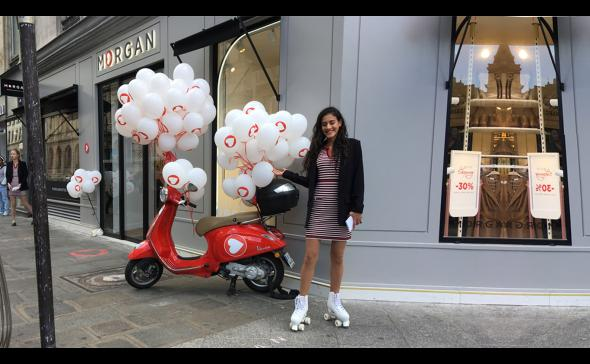 Hôtesse de street marketing devant le magasin avec des patins à roulettes