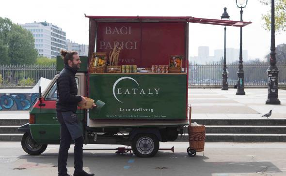 Road show avec un Piaggio triporteur pour une opération de street marketing