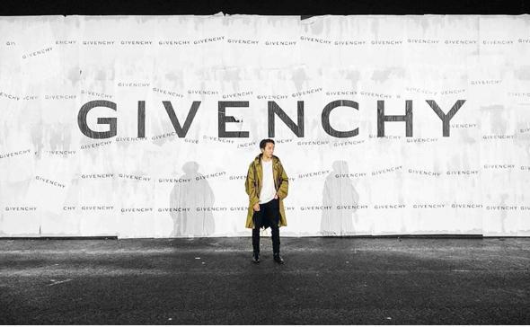 Affichage sauvage pour le défilé Givenchy