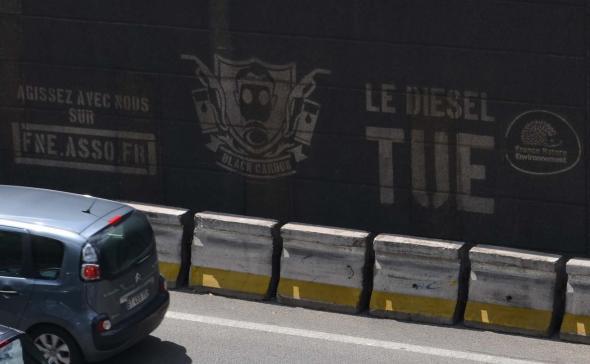 Clean-tag sur les murs des quais de Seine à Paris