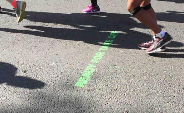 Un marquage sur la chaussée pour un évènement sportif