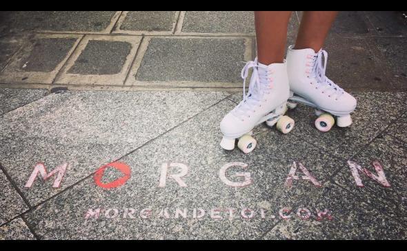 Hôtesse en patin à roulettes sur un marquage au sol pour une opération de street-marketing